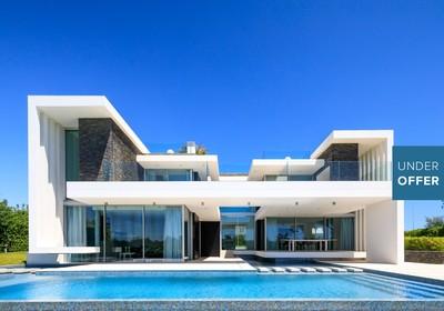 Contemporary five bedroom detached villa