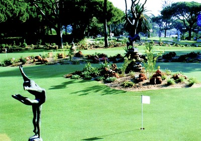 1996: Sculpture garden and putting greens designed by Jits Bakker and Rocky Roquemore are opened