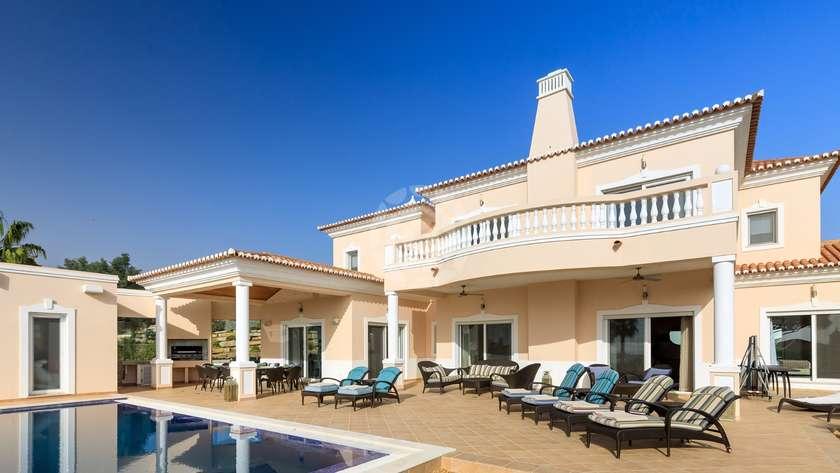 deluxe-4-2-bedroom-detached-villa-pool